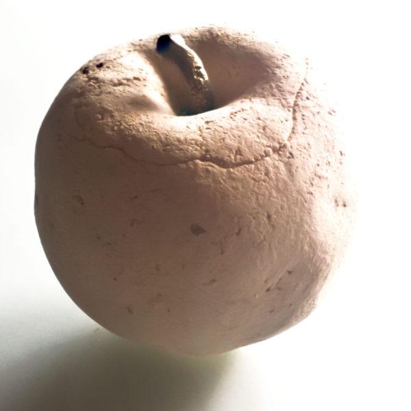 jabłko wykonane z gliny szamotowej z mosiężnym ogonkiem